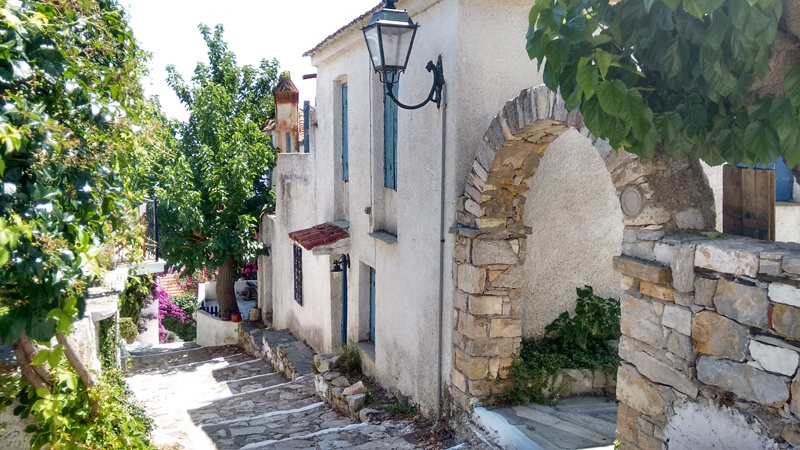 narrow-streets--old-town-alonnisos
